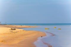 Красивое песочное небо пляжа моря ландшафта бечевника Стоковые Фотографии RF