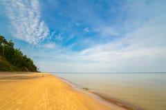 Красивое песочное небо пляжа моря ландшафта бечевника Стоковое Фото