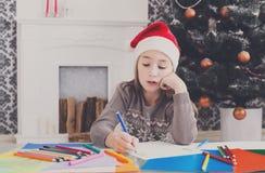 Красивое письмо к santa, ожидание сочинительства девушки для рождества Стоковое Изображение RF