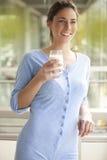 Красивое питьевое молоко брюнет Стоковое Изображение RF