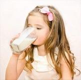 Красивое питьевое молоко маленькой девочки стоковые фотографии rf