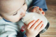 Красивое питьевое молоко мальчика стоковые изображения