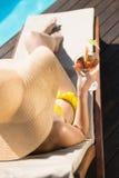Красивое питье удерживания женщины бассейном Стоковые Изображения