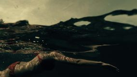 Красивое плавание в море, съемка молодой женщины водораздела сток-видео