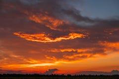 Красивое пламенистое, апельсин и красный цвет, небо захода солнца Стоковое Фото