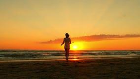 Красивое платье девушки вкратце белое идя в воду на пляже захода солнца Сексуальная молодая женщина наслаждаясь природой outdoors видеоматериал