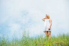 Красивое платье женщины вкратце белое, представляя и усмехаясь на я Стоковое Изображение RF