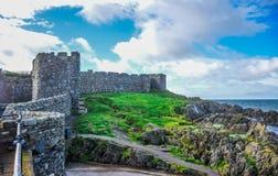 Красивое побережье острова Мэн от холма корки с Великой Китайской Стеной замка корки в корке, острове Мэн стоковые изображения