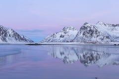 Красивое покрашенное небо и совершенные отражения горы на Skagsanden приставают к берегу Стоковая Фотография