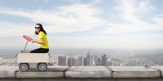 красивое поставки коробки предпосылки изолированное над работником белизны обслуживания Стоковые Фотографии RF