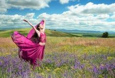 Красивое поле женщины весной зацветая Стоковое Фото