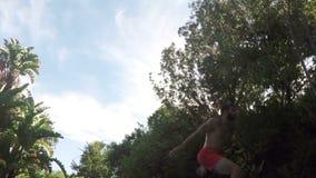 Красивое подныривание человека в бассейн сток-видео