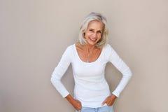 Красивое положение и усмехаться более старой женщины Стоковые Фото