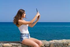 Красивое подростковое брюнет предназначенное для подростков в шортах демикотона Стоковые Фото