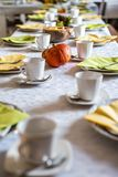 Красивое праздничное падение обеденного стола красочное желтое helloween плиты и ложки поддонников кружек кофе украшения тыквы Стоковое фото RF