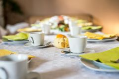 Красивое праздничное падение обеденного стола красочное желтое helloween плиты и ложки поддонников кружек кофе украшения тыквы Стоковая Фотография