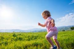 Красивое пребывание девушки в горах Стоковые Фото