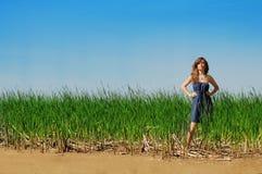 Красивое пребывание девушки на пляже Стоковое фото RF