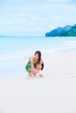 Красивое предназначенное для подростков сердце чертежа девушки в песке на тропическом пляже Стоковая Фотография