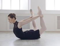 Красивое представление смычка практики ballerine, протягивать йоги Стоковое Фото