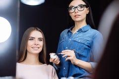 Красивое профессиональное visagiste используя губную помаду Стоковые Изображения RF