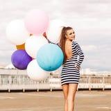 Красивое платье дамы вкратце черно-белое striped держит bunc Стоковые Изображения