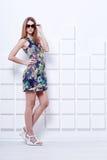 Красивое платье молодой женщины вкратце красочное Стоковое фото RF