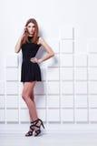Красивое платье черноты молодой женщины вкратце и черные ботинки Стоковое фото RF