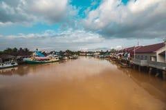 Красивое река и традиционная шлюпка Стоковое Фото