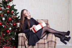 Красивое рождество подарков Нового Года девушки Стоковое Изображение