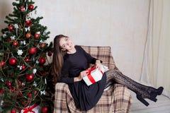 Красивое рождество подарков Нового Года девушки Стоковое Фото