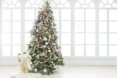 Красивое рождество украсило дерево в сияющих светах Стоковое Изображение RF