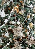 Красивое рождество украсило дерево в сияющих светах Стоковые Изображения RF