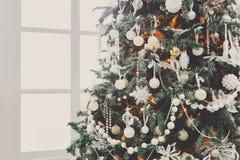 Красивое рождество украсило дерево в сияющих светах Стоковая Фотография RF