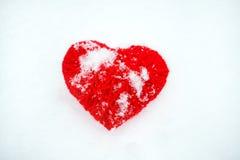 Красивое романтичное винтажное красное сердце потока на белом wint снега Стоковая Фотография
