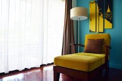 Красивое роскошное украшение софы в гостиной с винтажной предпосылкой фильтра Стоковые Фотографии RF
