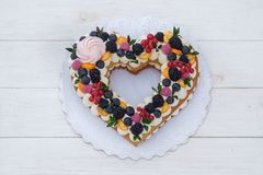Красивое сердце сформировало торт на день Валентайн на белой предпосылке стоковые изображения rf