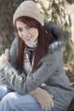 Красивое снаружи молодой женщины - зима стоковые фото