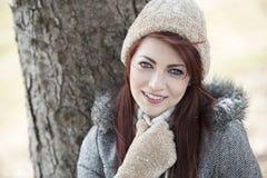 Красивое снаружи молодой женщины - зима стоковые изображения rf