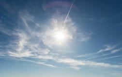 Красивое солнечное голубое небо с солнечными лучами Стоковые Фото