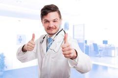 Красивое сотрудник военно-медицинской службы делая как знак с обеими руками Стоковая Фотография