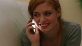 Красивое содержимое брюнет лежа на звонить по телефону кресла видеоматериал