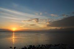 Красивое Солнце над берегом Стоковое Изображение