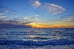 Красивое солнце установленное на пляж Санкт-Петербурга Стоковые Изображения