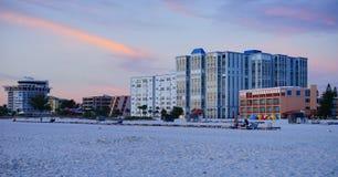 Красивое солнце установленное на пляж Санкт-Петербурга Стоковое Изображение