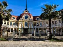Красивое старое классическое старое здание страны, особняк, вилла, дом с крышей красной плитки со шпилем с зелеными пальмами стоковые изображения rf