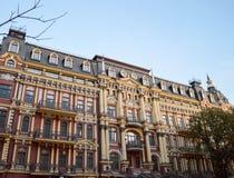 Красивое старое коричнев-желтое старое здание в центре c Стоковое Фото