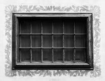 Красивое старое окно с залакированными рамкой и стальными прутами Стоковое Изображение