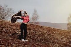 Красивое стильное повышение битника женщины вручает вверх и автомобиль удерживания стоковая фотография