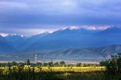 Красивое сценарное в городе Бишкека с горами Кыргызстана стоковое изображение rf